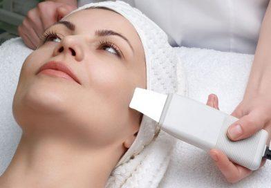 Pulizia del viso con peeling ad ultrasuoni